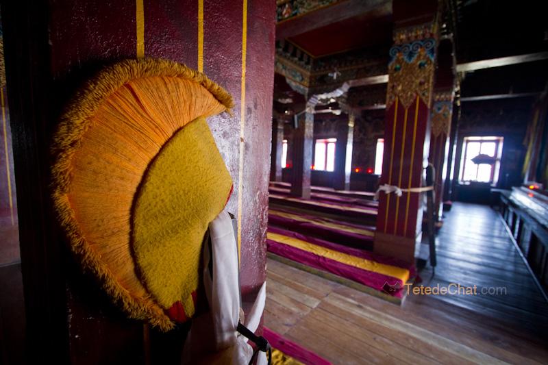 monastere_tawang_interieur_chapeau_moine