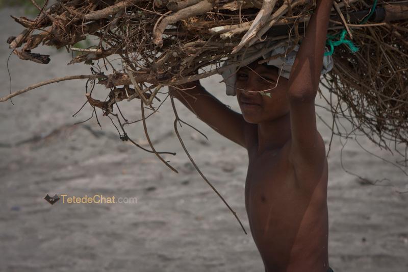 enfant_porteur_bois_st_martin_bangladesh