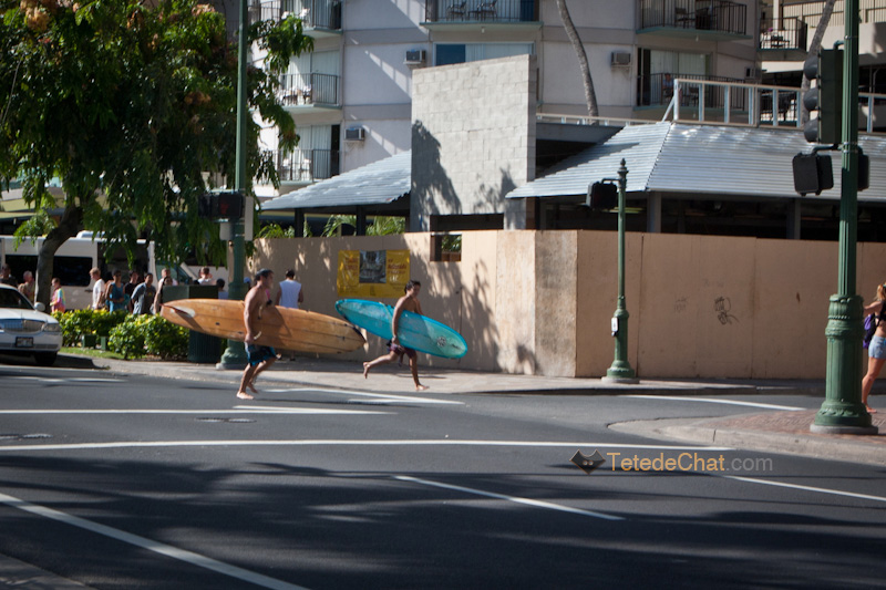 surfers_traverser_rue_honolulu