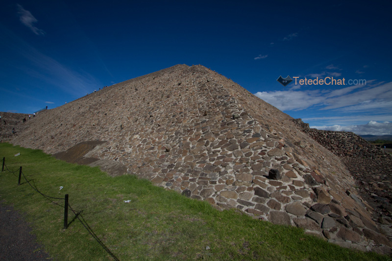 Teotihuacan_pyramide_soleil_arriere