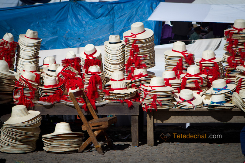 San_Francisco_El_Alto_marche_chapeaux_blanc_rouge