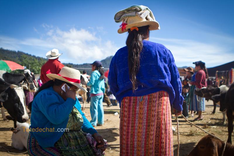San_Francisco_El_Alto_marche_femme_telephone