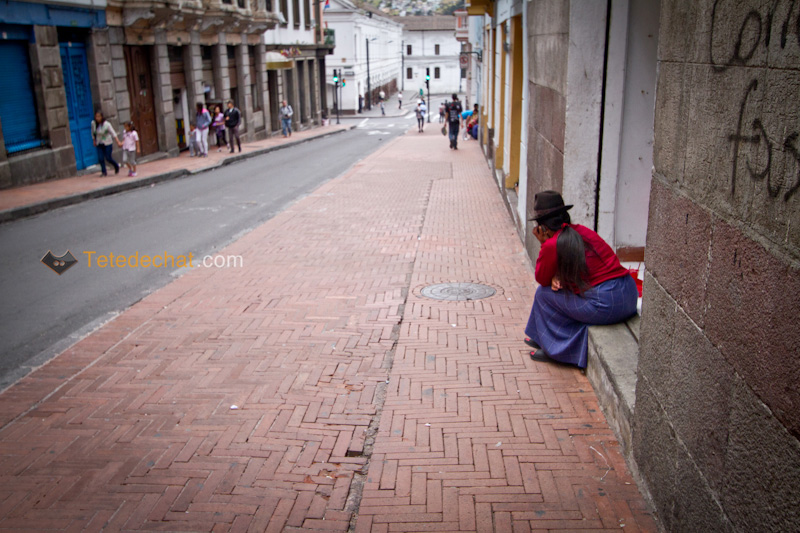 femme_assise_rue_quito